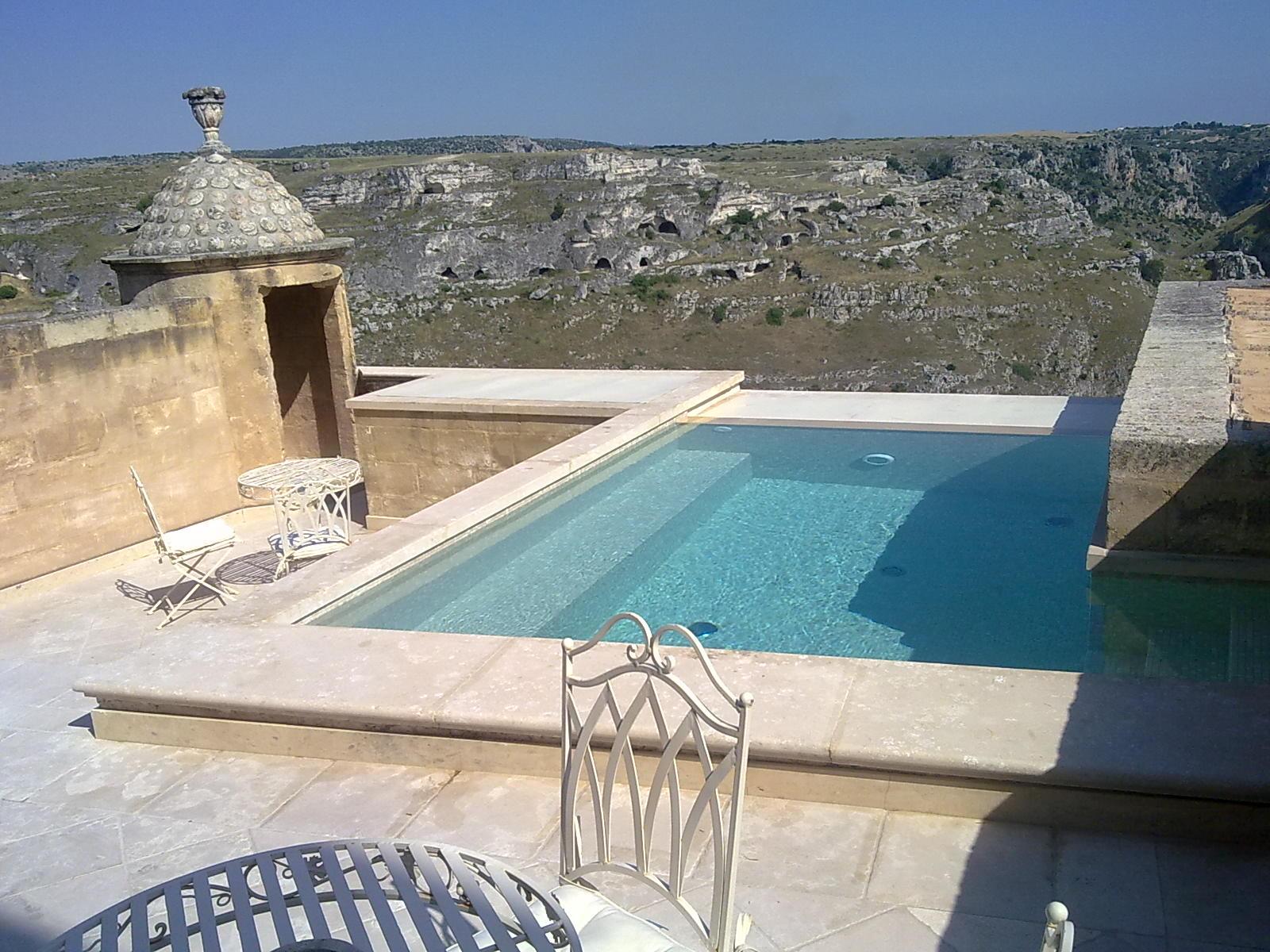 Hotel con piscina in camera una collezione di idee per for Piani di palazzo con piscina coperta